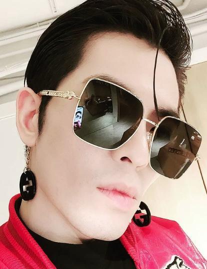 有著gucci吊飾,是這款墨鏡的特色。
